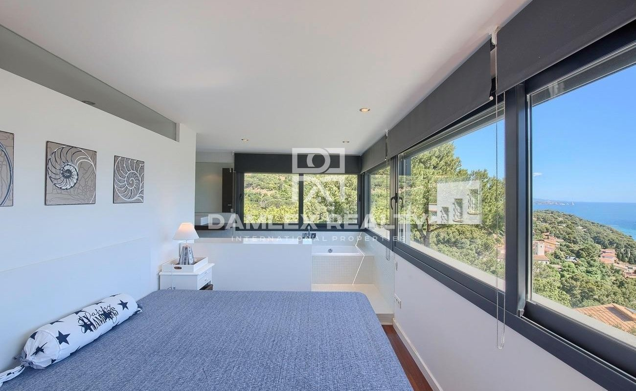 Villa with extraordinary views of the sea, located in a very quiet urbanization