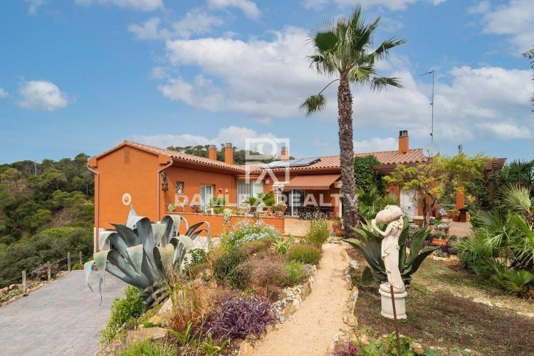 Villa with magnificent sea views on a 3044 m2 plot