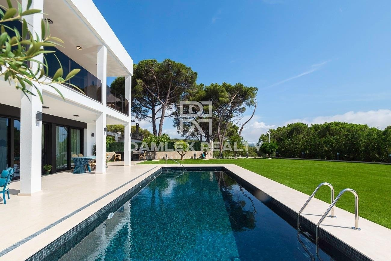 New modern villa with sea views and within walking distance of the beach