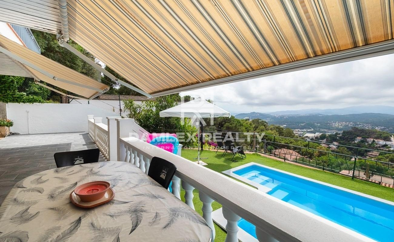 House with sea and mountain views in the Roca Grossa urbanization