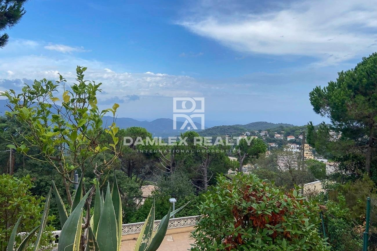 Villa with sea views in urbanization Serra Brava