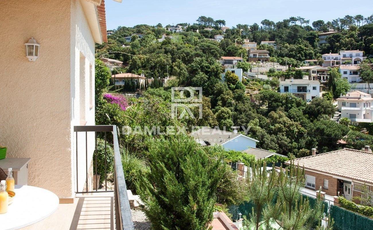 Beautiful villa with pool and sea views, in the urbanization of Serra Brava