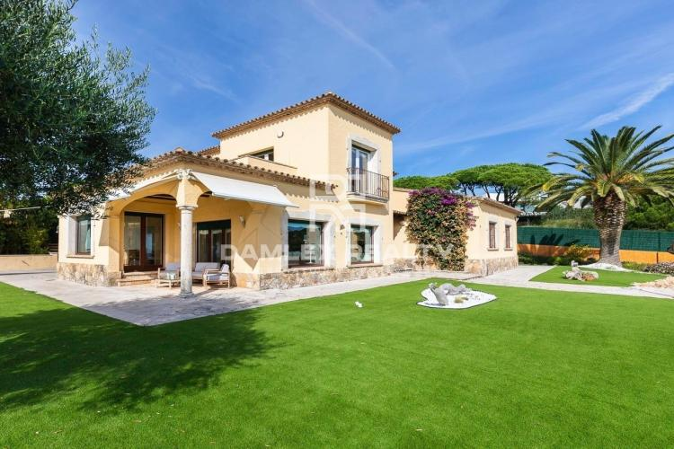 Spectacular Villa with Views of the Beach of Sant Pol