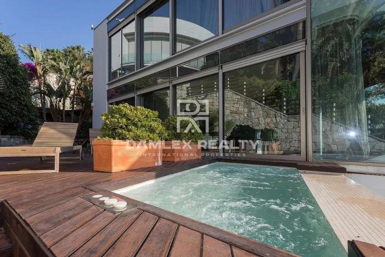 Modern villa with panoramic sea views in the luxury urbanization of Sitges