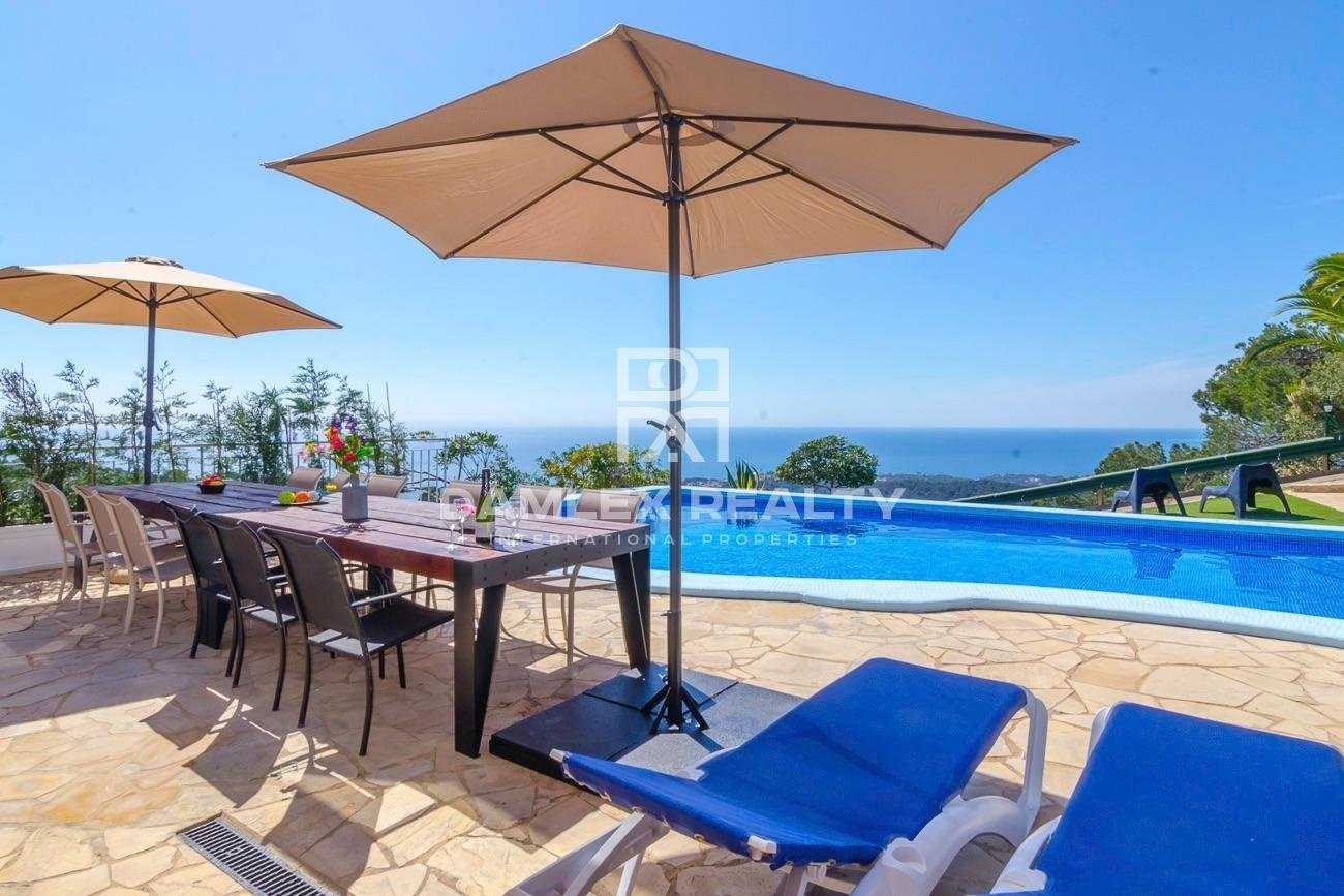 Two villas with stunning sea views and tourist license