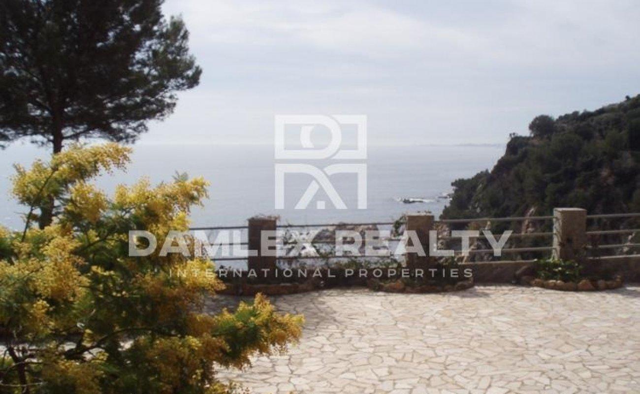 First line sea villa in Lloret de Mar
