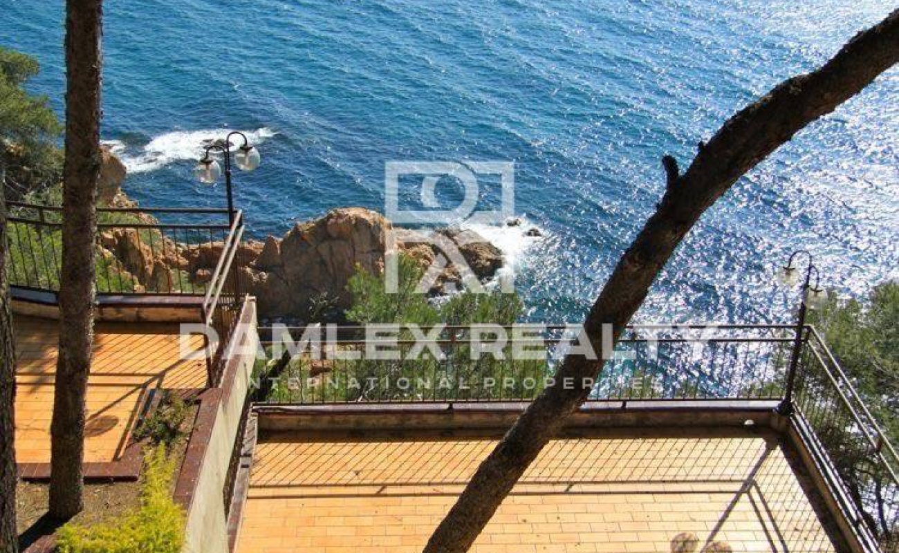 First line beach villa in Cala San Francisco
