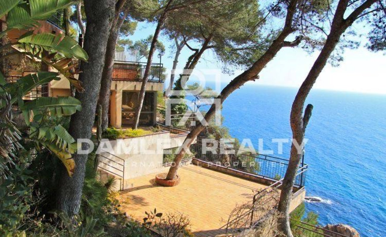 First line beach villa in Cala San Francisco